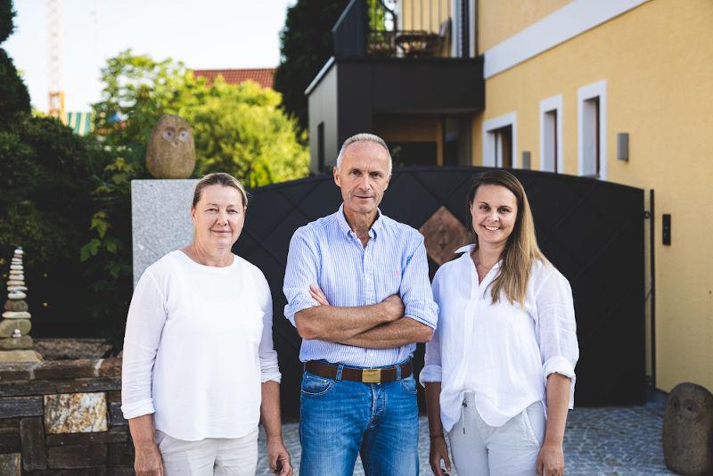 Familie Kislinger vor einem Haus